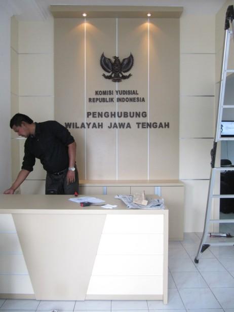front desk sekat ruang lobi kantor huruf timbul furnture semarang